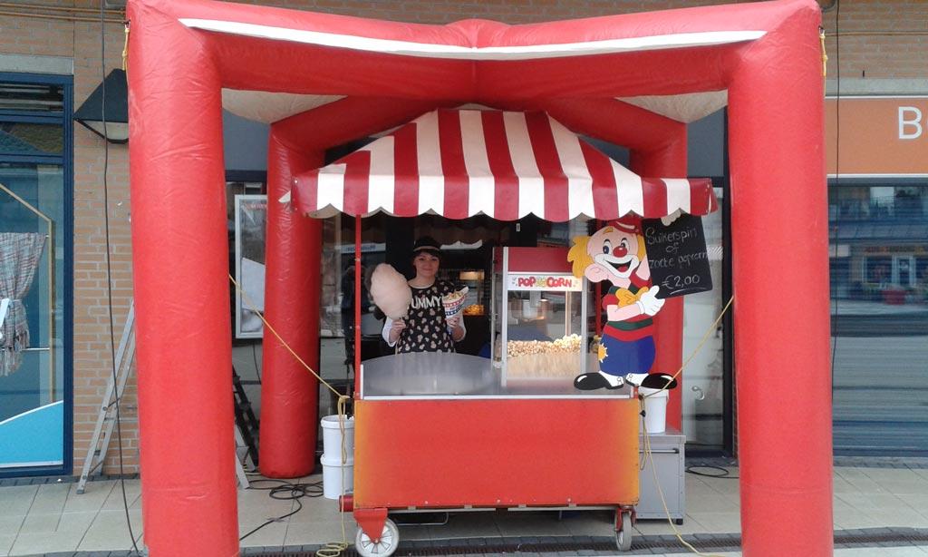 Opblaas kraam met popcorn machine
